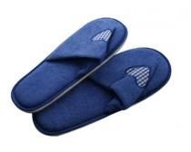 Pantofle pro hosty dámské (26-28 cm) a pánské (29-32 cm), beige, tmavě modré, dekor srdce